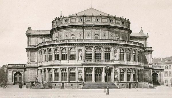 Historische Aufnahme des ersten Hoftheaters von Gottfried Semper um 1860