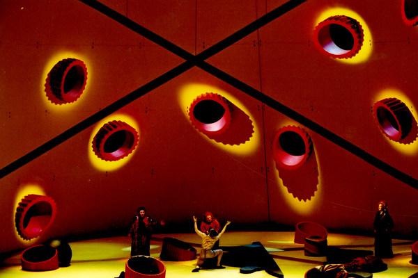 Inszenierungsfoto »Die Frau ohne Schatten«, Regie: Hans Hollmann, Bühnenbild: rosalie, 23.09.2004