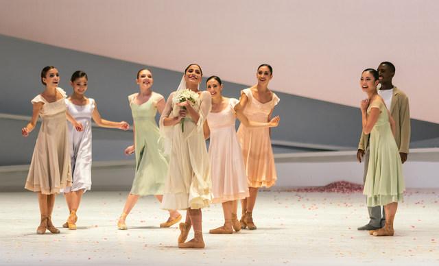 01 Giselle Alice Mariani Ensemble c Ian Whalen P1033