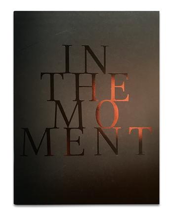 Cover der Ballettbroschüre mit schimmerndem Schriftzug auf schwarzem Hintergrund