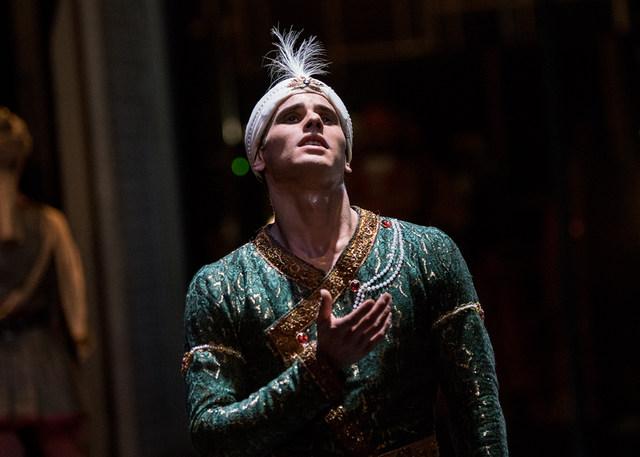 Julian Amir Lacey in »La Bayadère« © Semperoper Dresden/Ian Whalen