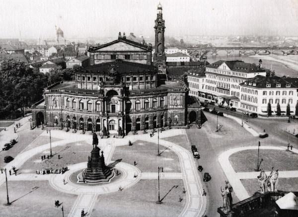 Luftaufnahme der Semperoper um 1930 mit Theaterplatz und dem Schornstein des Heizkraftwerks rechts hinter der Semperoper