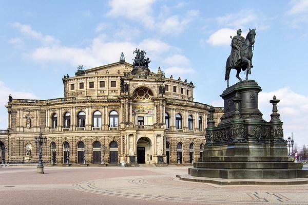 Semperoper am Theaterplatz mit König-Johann-Denkmal