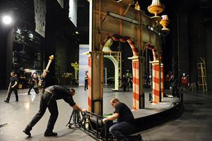 Bühnentechniker beim Aufbau der Kulissen von »Der Nussknacker«