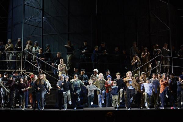 Szene aus der Oper »Carmen« in der die Kinder des Kinderchores singend auf den Bühnenrand zu marschieren