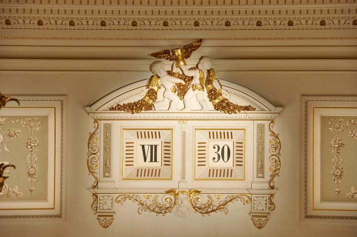 Fünf-Minuten-Uhr über der Bühne der Semperoper Dresden.