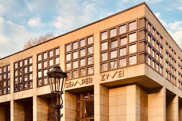 Die Spielstätte Semper Zwei ist ein Sandsteingebäude mit großen Fensterflächen aus vier mal vier getönten Scheiben