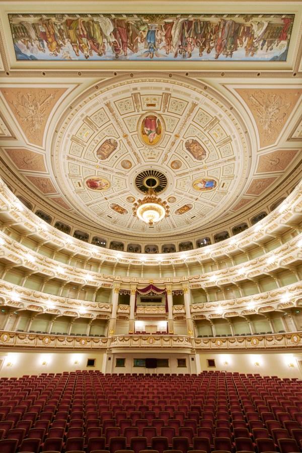 Blick von der Bühne in den Zuschauerraum der Semperoper mit Kronleuchter und Königsloge