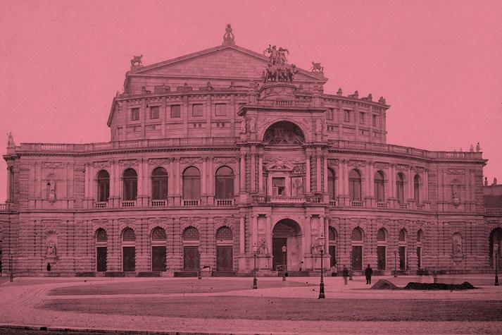 Rot eingefärbte Außenansicht der Semperoper Dresden