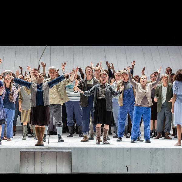 Frauen und Männer in Kostümen singen im Chor auf der Bühne der Semperoper