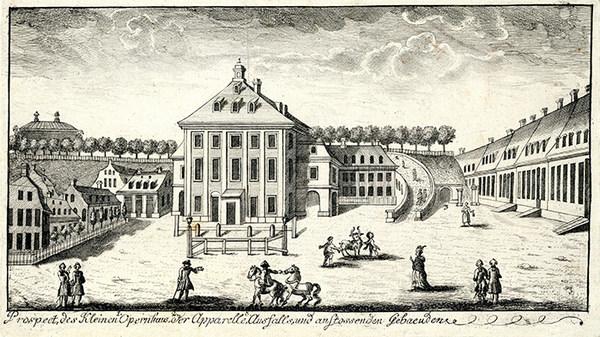 Historische Zeichnung des Morettischen Opernhauses um 1760, vorn das Opernhaus, rechts und links Bebauung, im Hintergrund ein baumbestandener Wall