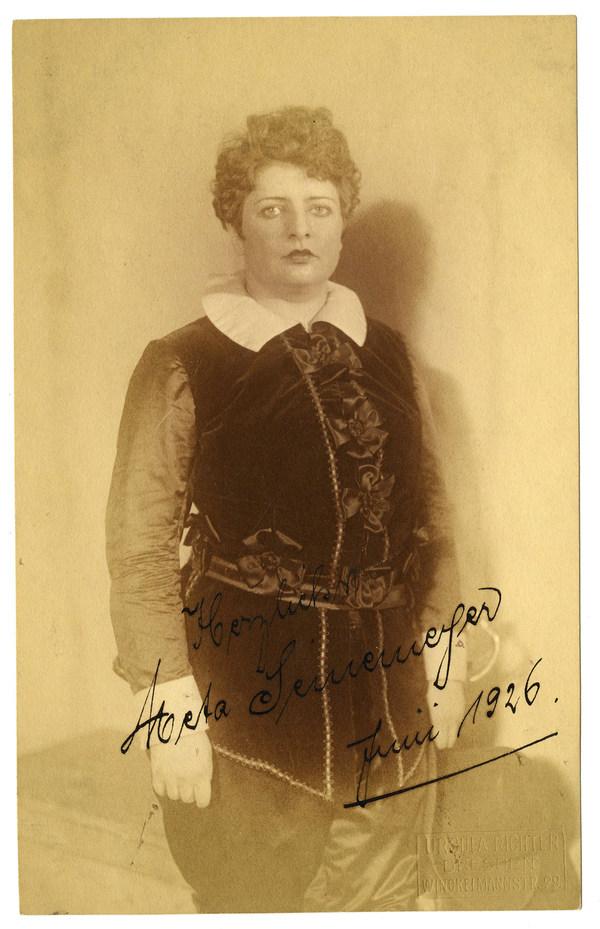 Meta Seinemeyer (1895-1929) als Leonora mit Autogramm © Historisches Archiv der Sächsischen Staatstheater, Foto: Ursula Richter