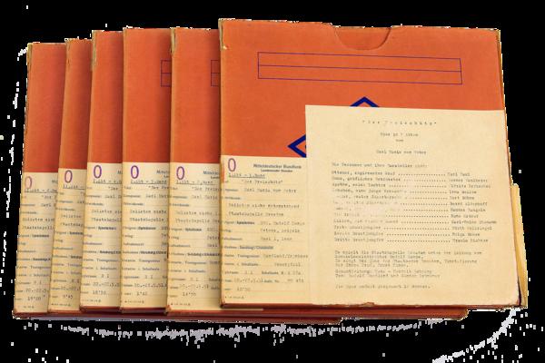 Stapel von sechs in orangefarbenen Karton verpackten Tonbändern der »Freischütz«-Aufnahme von 1951