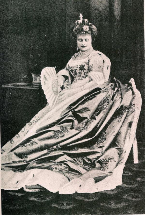 Hortense Schneider als Großherzogin von Gerolstein, 1867