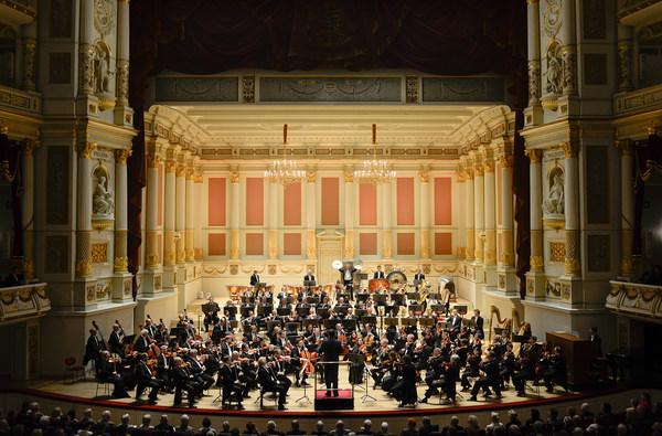 [Translate to Englisch:] Sächsische Staatskapelle Dresden im Konzertsaal auf der Bühne der Semperoper