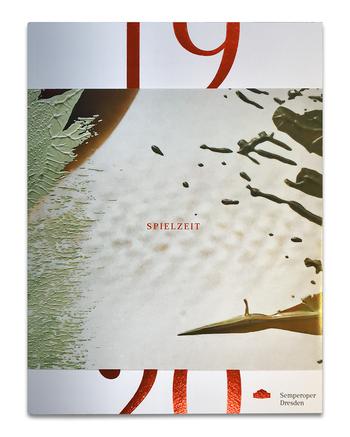 Cover des Spielzeitheftes der Semperoper mit glänzend rot folierten Zahlen und Buchstaben