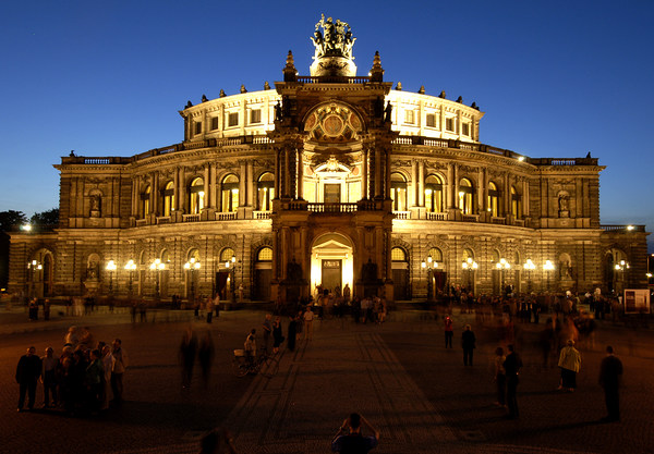 Semperoper am Theaterplatz in der Dämmerung