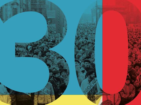 Plakat mit blau-gelb-rotem Hintergrund und dem Schriftzug 30 Jahre Friedliche Revolution – Veranstaltungsreihe der Sächsischen Staatstheater