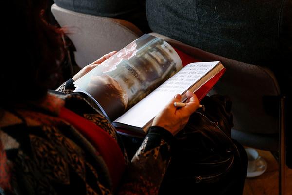 Eine Frau blättert einen Katalog auf