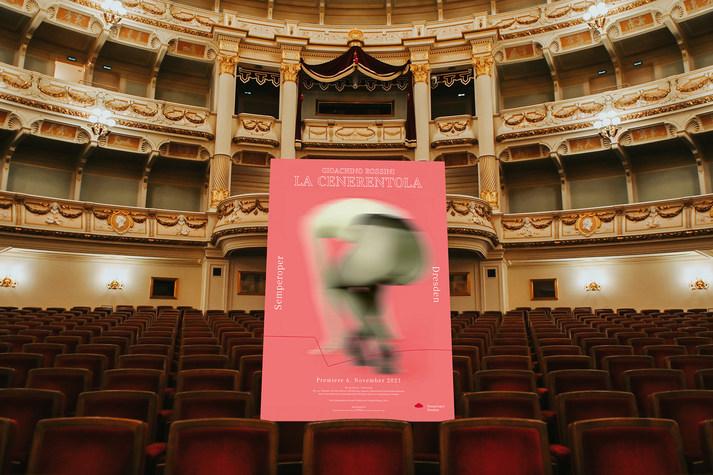 Premierenplakat von »La Cenerentola« im Zuschauerraum der Semperoper