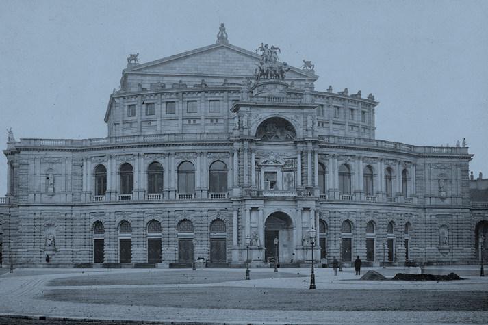 Blau eingefärbte Außenansicht der Semperoper Dresden