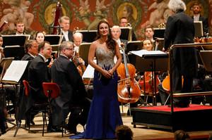 Sängerin während der »Auftakt!«-Veranstaltung auf der Bühne der Semperoper vor dem Orchester