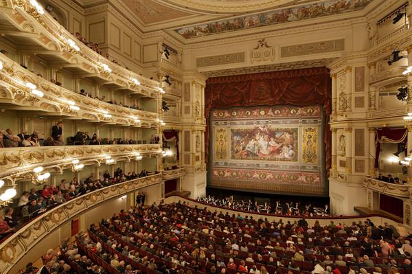 Zuschauerraum der Semperoper mit Blick auf die Bühne und geschlossenem Schmuckvorhang