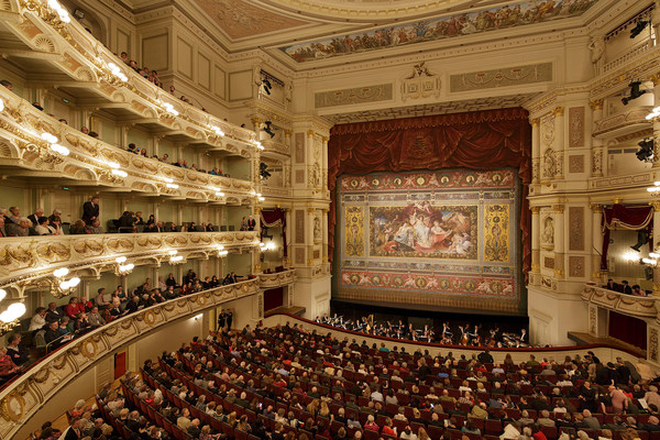Auditorium of the Semperoper with faux stage curtain © Semperoper Dresden/Klaus Gigga
