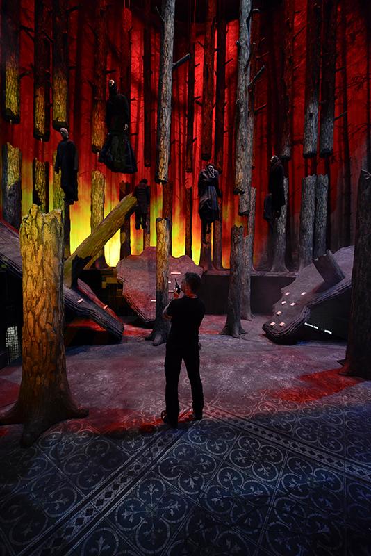 Axel Köhler während einer Beleuchtungsprobe zu »Der Freischütz«