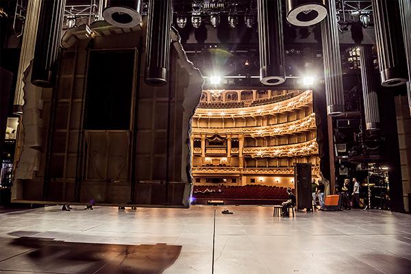 Backstage-Blick auf die Bühnentechnik der Semperoper mit der Kulisse von »Doktor Faust«